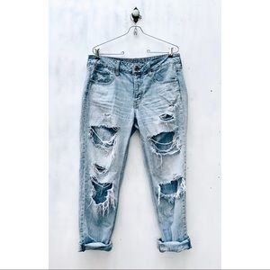 AMERICAN EAGLE • distressed tomgirl jeans